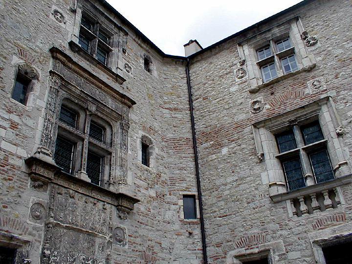vue de la cour int rieure de la maison henri iv au style renaissance cahors lot. Black Bedroom Furniture Sets. Home Design Ideas